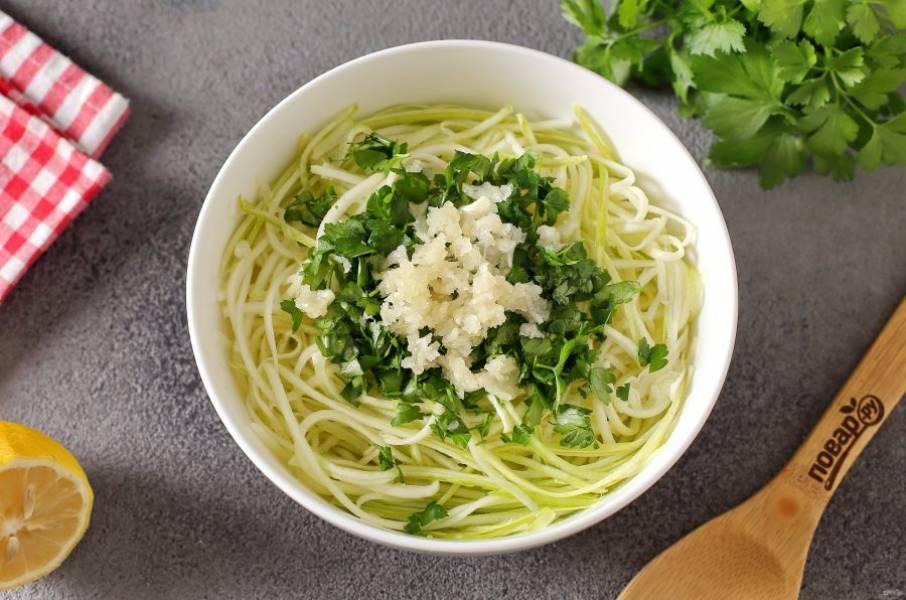 Добавьте к кабачку рубленую зелень, давленый чеснок, сок лимона, оливковое масло и соль по вкусу.