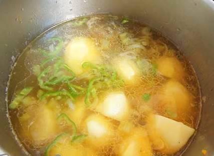 Когда горох будет на половину готов, в кастрюлю добавляем картофель и перец и варим до готовности.