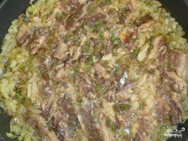 В сковороду с жарящимся луком выкладываем сардины в масле. Масло из консервной банки тоже обязательно выливаем в сковороду. Обжариваем 3-4 минуты, помешивая, на среднем огне.