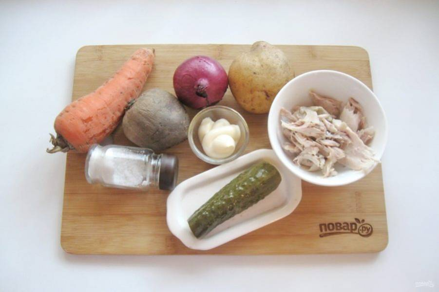1. Подготовьте все продукты для винегрета. Отварите овощи до готовности, остудите и очистите.