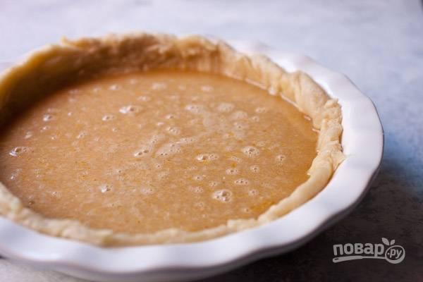 Вылейте начинку в основу. Температуру духовки убавьте до 180 и выпекайте пирог 30-35 минут.