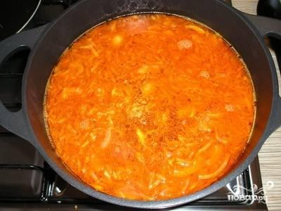 Добавляем в кастрюлю с бульоном овощную зажарку. Туда же бросаем мясо, отделенное от косточки и порезанный брусочками картофель.