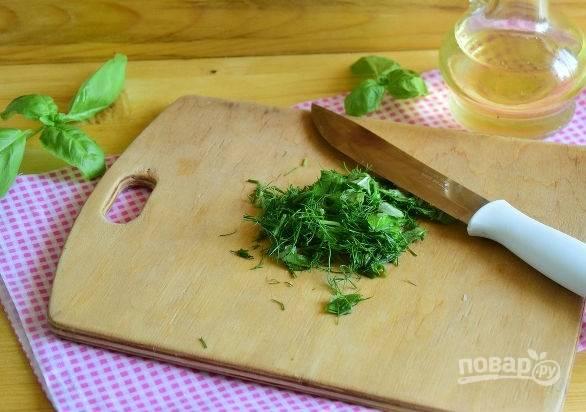 4. Измельчите немного свежей зелени для аромата, предварительно хорошо вымыв и просушив ее.