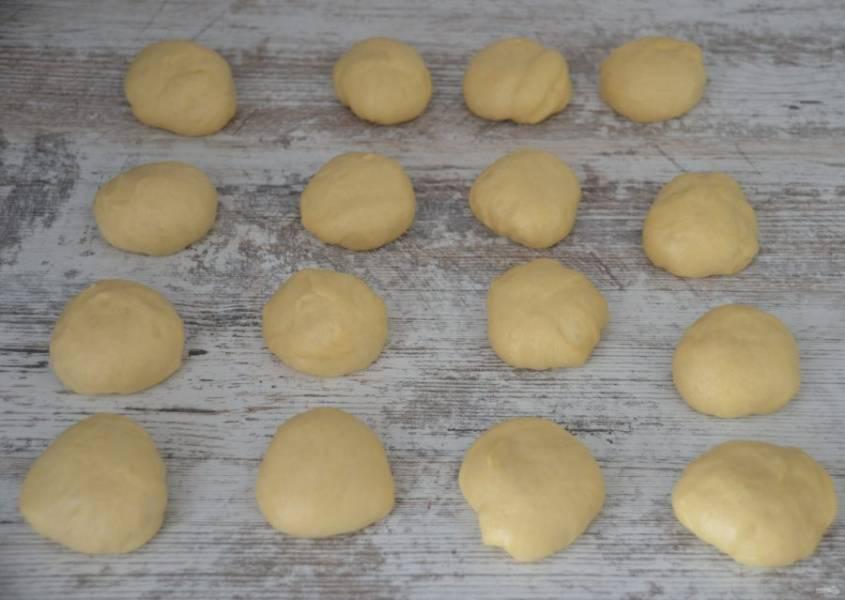Разделите тесто на 16 равных частей (примерно по 50 грамм), подкатайте каждый кусочек в шар.