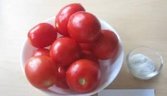 1. Помидоры в виде морса - не только отличная заправка, но еще и великолепный антиоксидант. Добавляя в нее специи, перец и соль, а также чеснок или болгарский перец, вы получите незаменимый продукт. Итак, для приготовления заправки возьмите спелые помидоры и соль. Тщательно их вымойте .