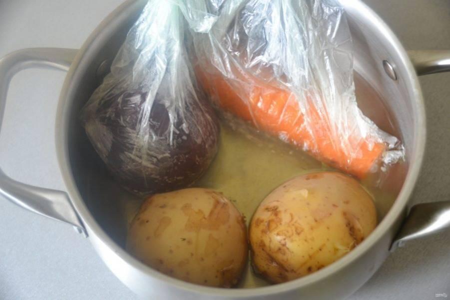 Свекла при отваривании в пакете не окрашивает другие овощи.
