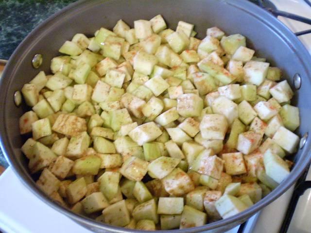 3. Отправляем баклажаны на сковороду со специями и растительным маслом. Жарим до мягкости.