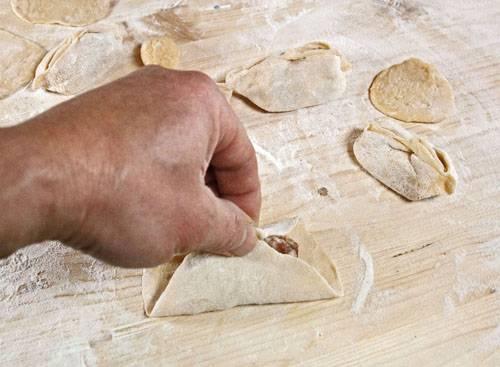 9. Один из самых ответственных процессов - это лепка. Края лепешки нужно сперва соединить и аккуратно слепить.