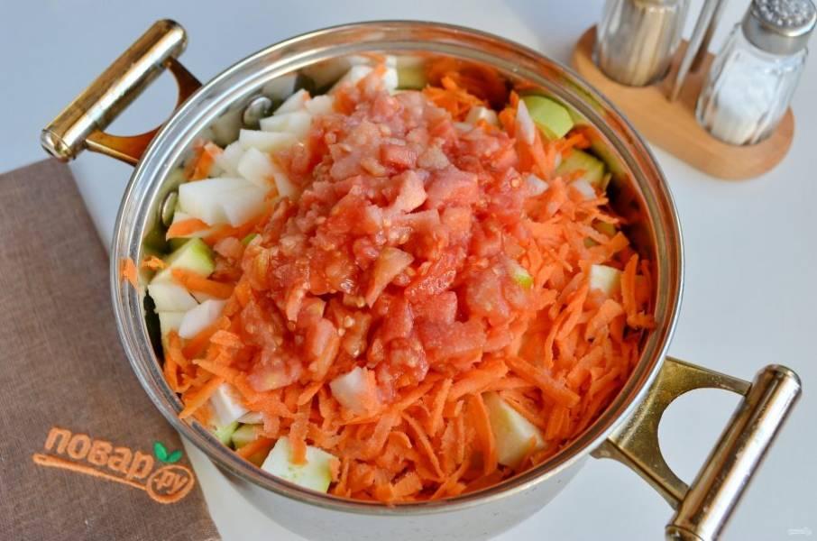 4. Соедините в кастрюле с толстым дном все овощи, добавьте соль. Тушите на медленном огне 40 минут под крышкой.