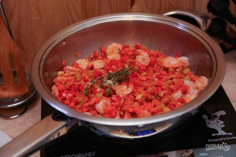 Выложите подготовленные овощи в сковороду и обжаривайте их на среднем огне до полной готовности. В конце добавьте соль и любые специи по вкусу. Подавайте блюдо горячим, с запеченными томатами.