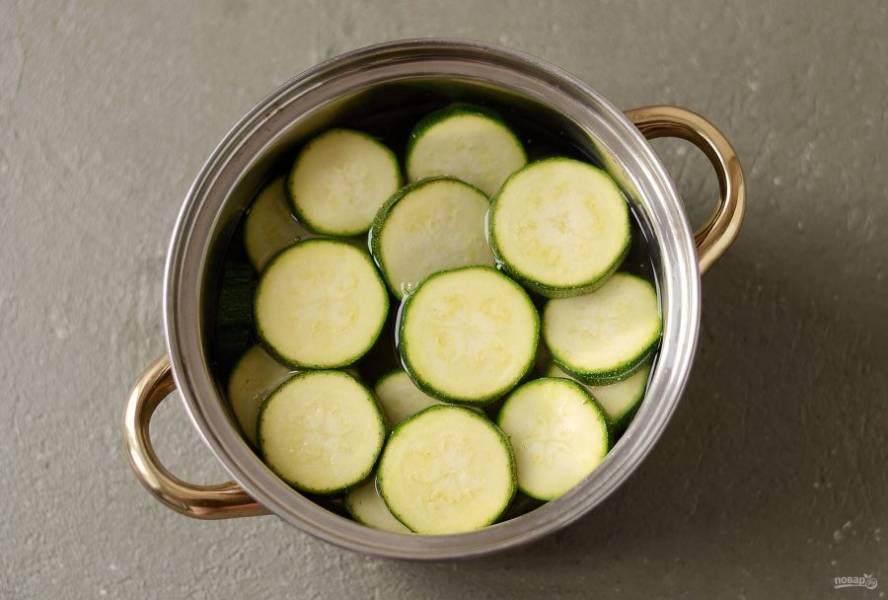Отварите кабачки в кипящей подсоленной воде примерно 2 минуты. Слейте воду, откиньте кабачки на дуршлаг, чтобы стекла лишняя жидкость.
