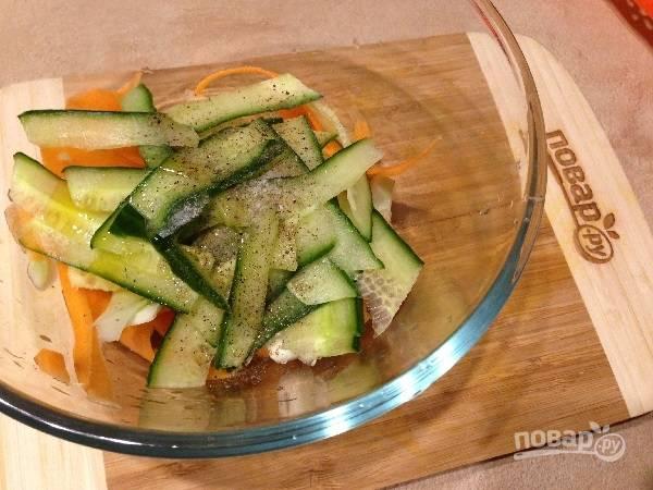 7. Солим и перчим по вкусу, заправляем оливковым маслом.