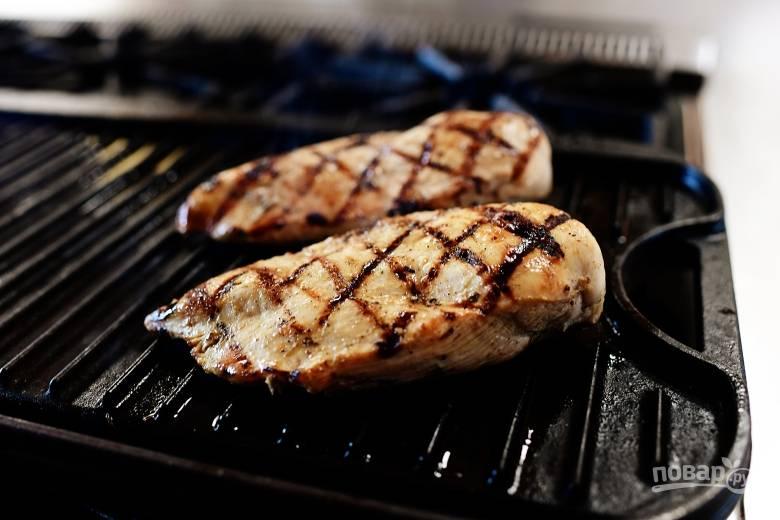 1. Обжарьте куриные грудки, приправленные солью и перцем, на сковороде в растительном масле до готовности. Можно жарить на гриле.