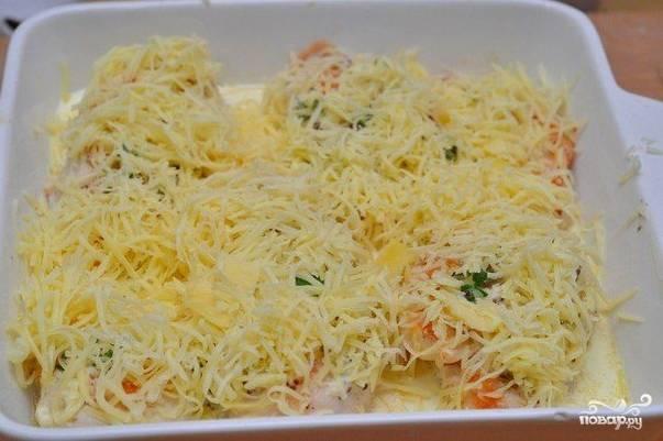 Посыпьте все тертым сливочным сыром и отправьте в духовку на 20-25 минут. Оптимальная температура – 190-200 градусов.