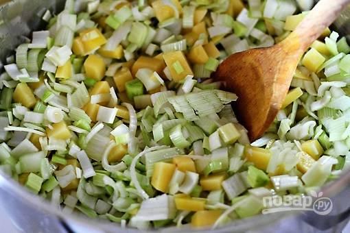 Картошку, лук почистите и нарежьте мелким кубиком. Обжарьте на оливковом масле 5-7 минут.
