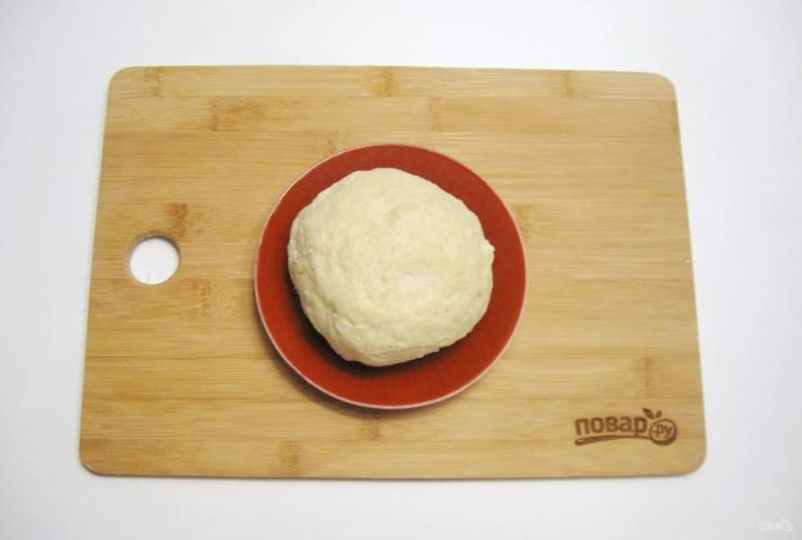 Налейте ледяную воду в миску и замесите мягкое тесто. Отправьте его в холод на час.