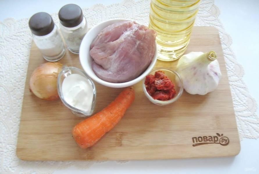 Подготовьте ингредиенты для приготовления свинины в сметанно-томатном соусе.