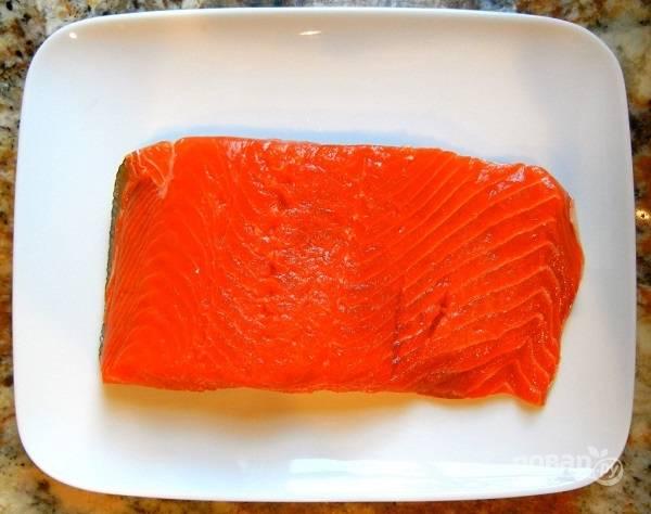 1. Кусочек красной рыбки вымойте, убедитесь, что в нем нет костей. Отправьте в морозилку минут на 20-25.