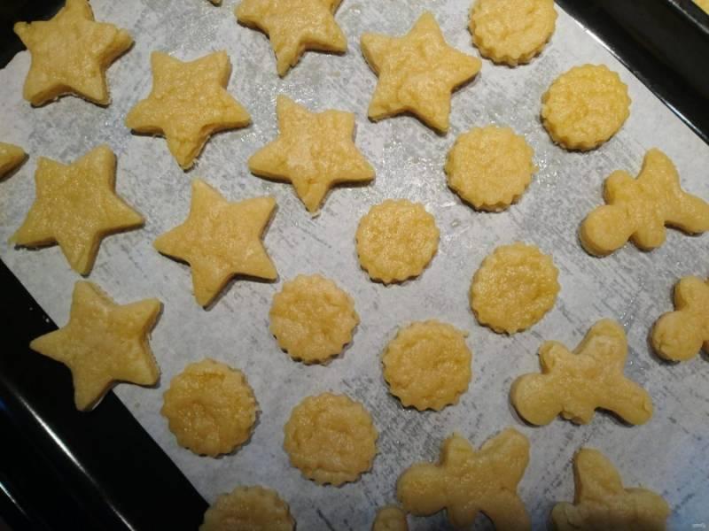 7. Отсадите на противень печенье при помощи кондитерского мешка с насадками, мясорубки с насадкой для печенья (звездочка) или просто вырежьте печенье формочкой. Толщина теста - сантиметр с лишком.