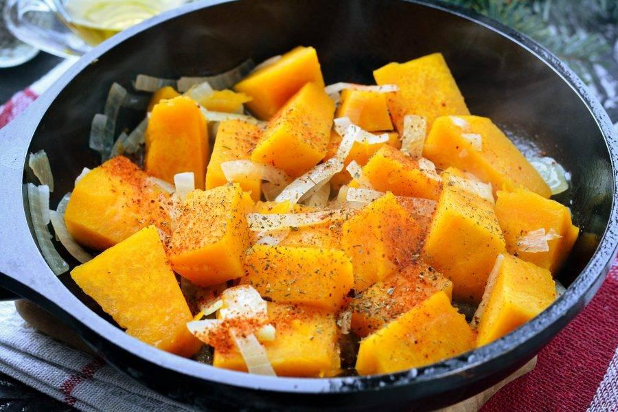 Добавьте в блюдо специи и соль, перемешайте и жарьте все вместе еще 5 минут.