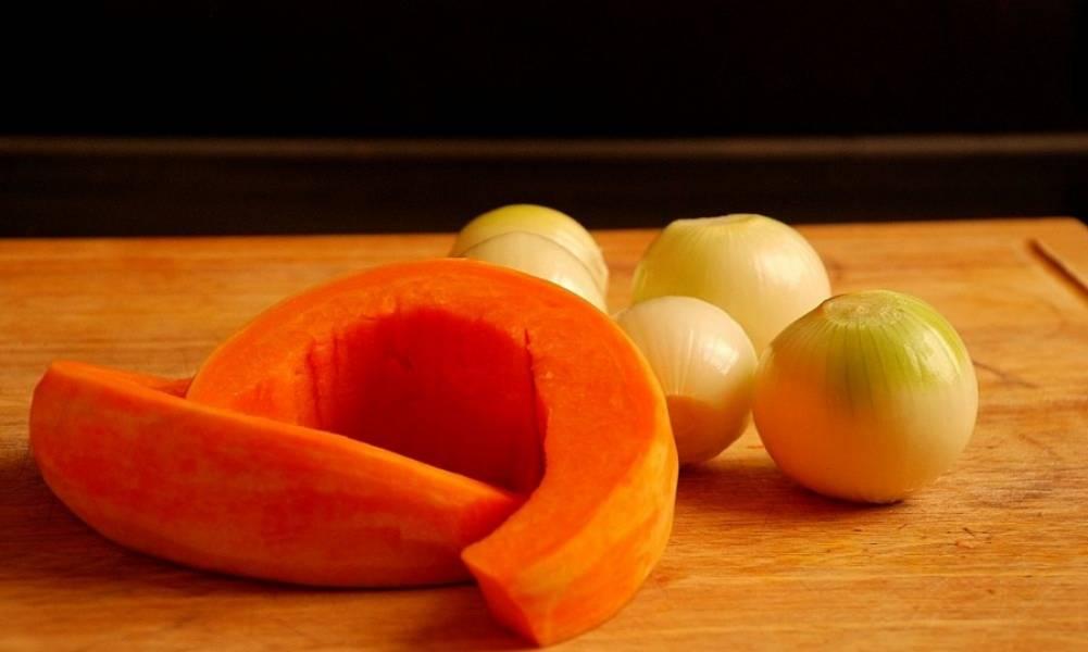 2. Сперва нужно заняться овощами. Очистите тыкву и луковицу. Также при желании можете добавить пару зубчиков чеснока.