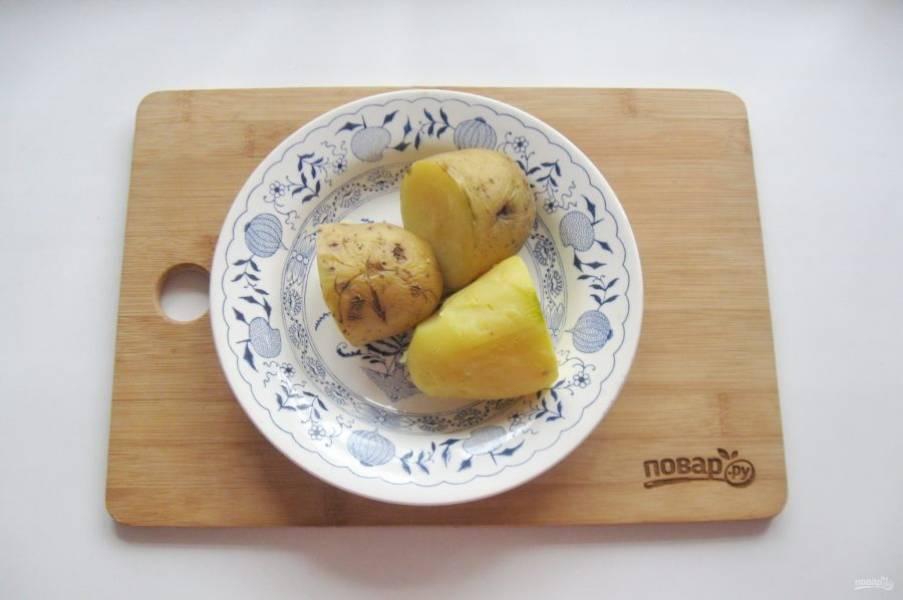 Картофель сварите в подсоленной воде, в кожуре. Хорошо охладите и очистите.