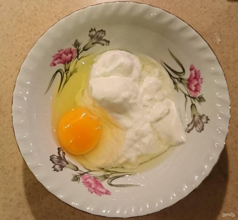 Готовим заправку. 1 яйцо смешать с натуральным йогуртом.