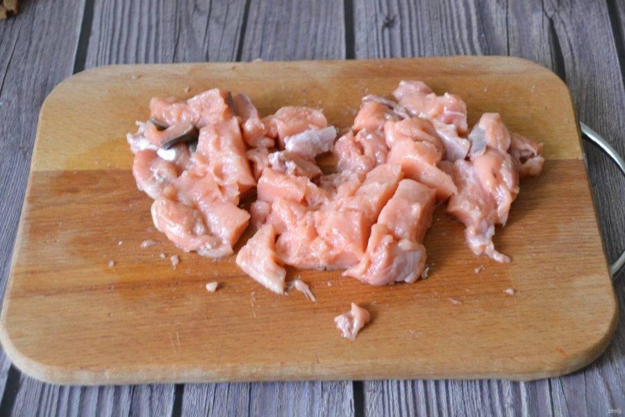 В это время подготовьте филе лосося, нарежьте на кусочки.