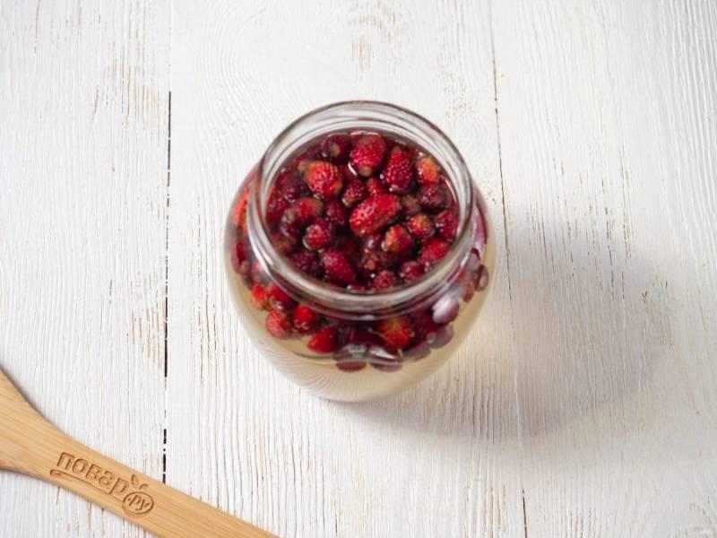 Разложите ягоды в банки и залейте сиропом. 1 стакан ягод на литровую банку. Дайте сиропу настояться около 30 минут.