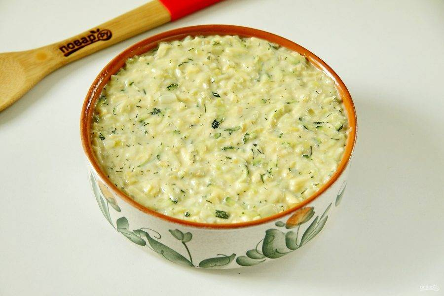 Соедините вместе кабачки и готовое тесто. Хорошо перемешайте и переложите массу в смазанную маслом форму для запекания.