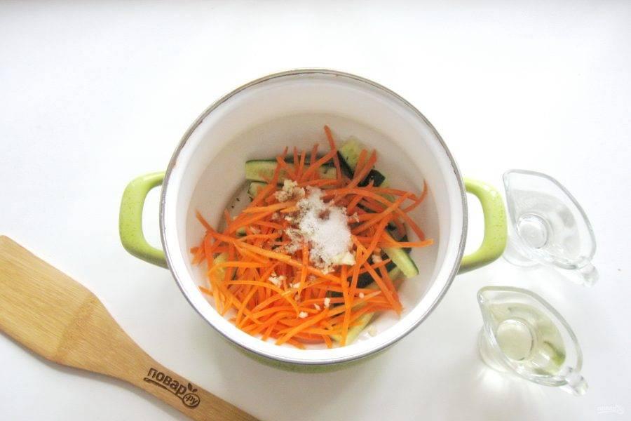 Влейте уксус и рафинированное подсолнечное масло. Перемешайте все ингредиенты. Накройте кастрюлю крышкой и оставьте на три часа, чтобы овощи пустили сок и обогатились маринадом. После поставьте кастрюлю на огонь и проварите овощи в маринаде 10 минут с момента закипания.