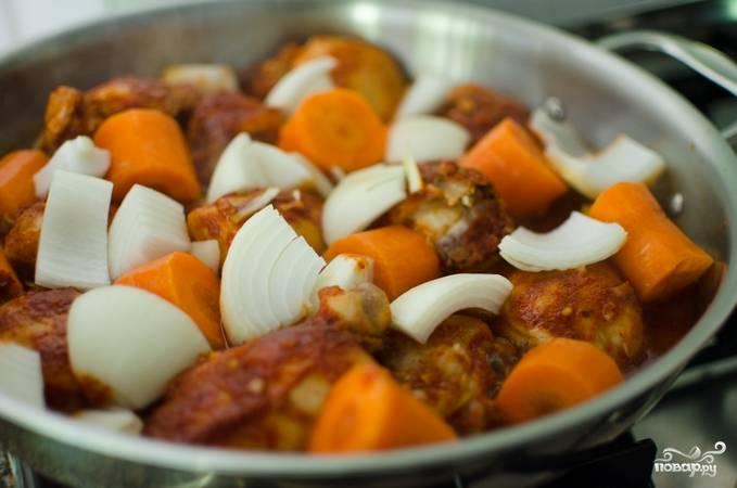 2. Доводим до кипения, уменьшаем огонь и протушиваем 10 минут. Дальше добавим морковь, лук и картофель, а также давленый чеснок, тушим под крышкой, пока морковь не станет мягкой. У меня на это ушло полчаса.