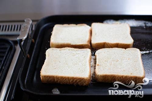 4. В той же сковороде растопить 2 столовые ложки сливочного масла и положить несколько ломтиков хлеба. Жарить до золотистого цвета, затем перевернуть и обжарить до золотистого цвета на другой стороне. Повторить с оставшимся хлебом.