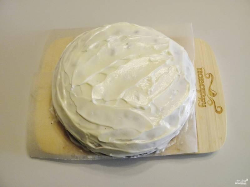 10. Теперь хорошенько пормазываем кремом бока тортика, обсыпаем их измельченными обрезками или орехами.