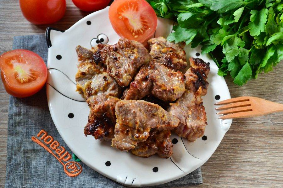 Когда сверху мясо обретет красивый золотистый цвет, а внутри будет прозрачный сок, мясо можно снимать и подавать к столу. Приятного аппетита!