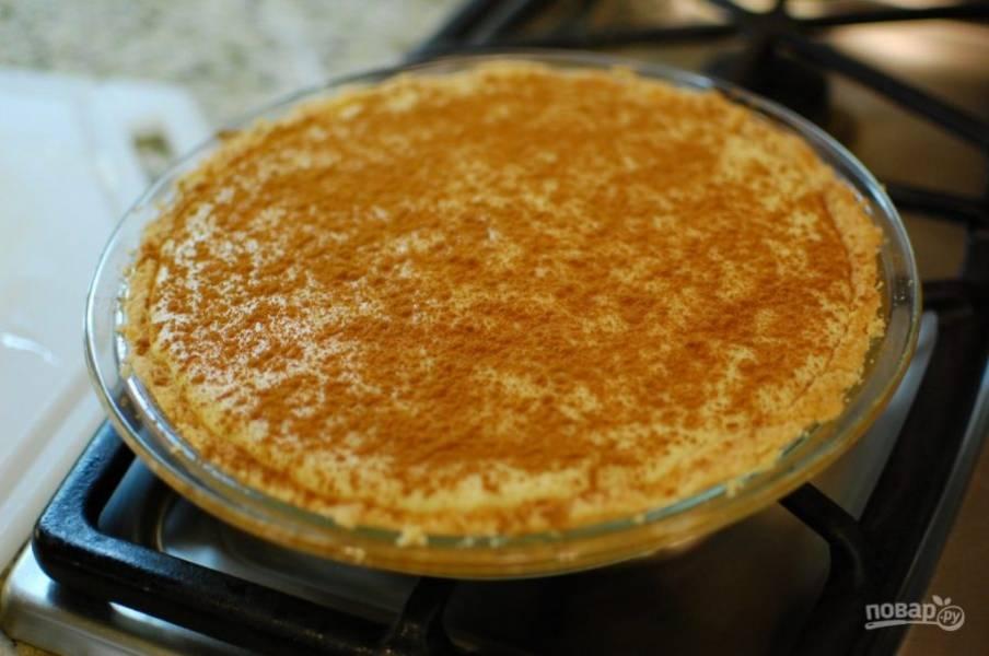 7.Вылейте приготовленный заварной крем в форму с выпеченной коркой и посыпьте корицей, оставьте до охлаждения, затем отправьте в холодильник.