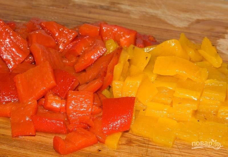 Перец нарежьте небольшими кусочками. Смешайте его с картофелем в салатнице.