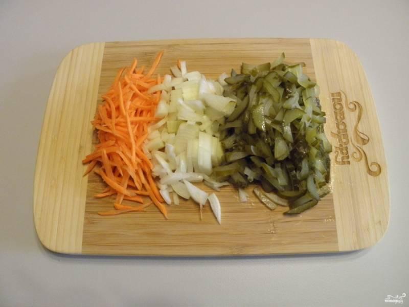 Теперь сделайте заправку для рассольника. Порежьте соломкой огурцы, морковь, порежьте некрупно лук. На растительном масле обжарьте сначала лук и морковь до полуготовности, затем добавьте огурчики и доведите зажарку до готовности.