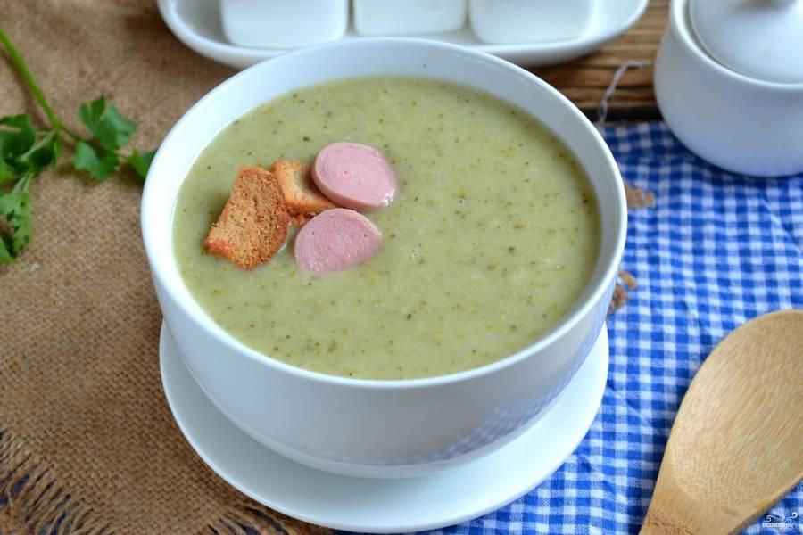 Готовый суп измельчите до состояния пюре с помощью блендера. Перелейте суп-пюре в небольшие пиалы, сверху положите гренки и сосиски. Приятного аппетита!
