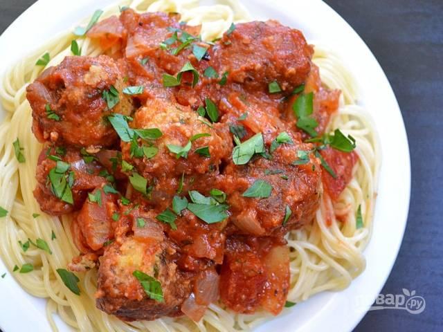 13.Подавайте блюдо к столу теплым, украшенным свежей зеленью.