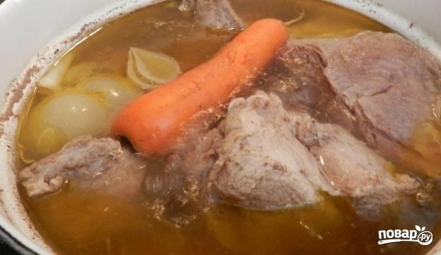 Мясо также предварительно промойте под холодной водой. Кипятим в кастрюле 3 литра воды, добавляем мясо цельным куском, овощи, лавровый лист, соль и перец. Еще раз доводим до кипения и варим под крышкой на медленном огне 1 час.