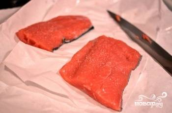 1. Разрежьте филе лосося на несколько частей в самом центре. Если кусочек слишком толстый, то разделите его еще и вдоль, чтобы стейк был не слишком толстым. Посыпайте солью и перцем исходя из своих вкусовых предпочтений. Нанесите сухой розмарин.