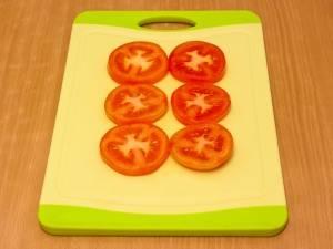 Нарезаем кружочками помидорки.