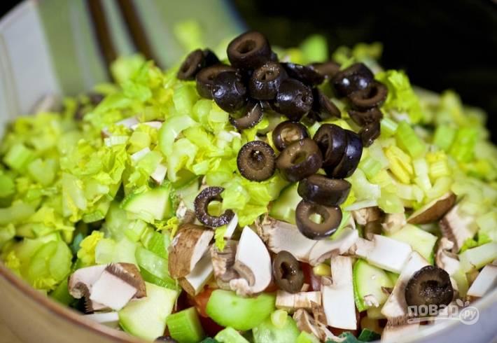 6.Стебель сельдерея мою и разрезаю на 2 части, затем нарезаю мелко. Черные оливки без косточек нарезаю кружочками.