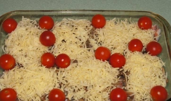 Присыпаем тертым сыром и выкладываем помидоры черри (предварительно вымытые). Запекаем блюдо в духовке 20 минут при температуре 200 градусов.