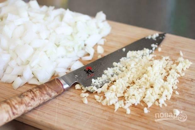 Мелко нарежьте лук и измельчите чеснок.