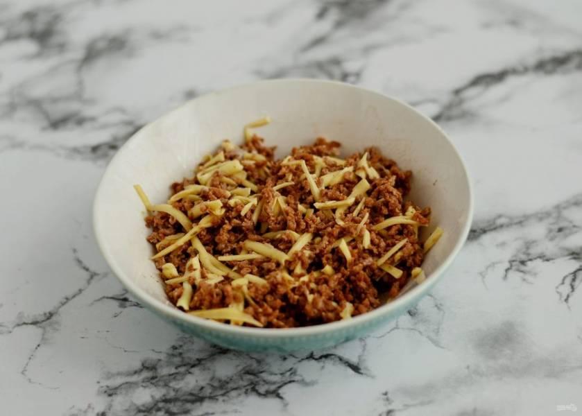 Готовый соевый фарш соедините с тертым веганским сыром. Для клейкости в смесь можно добавить ложку постного майонеза.