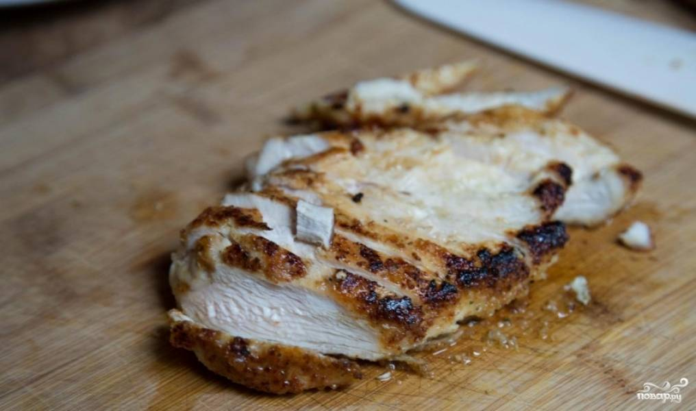 Обжарьте куриную грудку с обеих сторон до полной готовности.