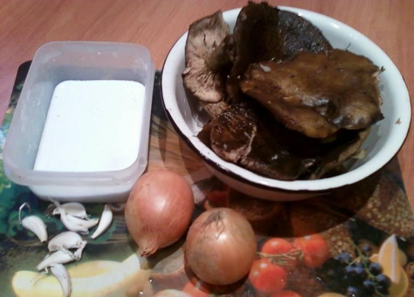 1. Подготовим ингредиенты. Грибы тщательно моем и чистим.