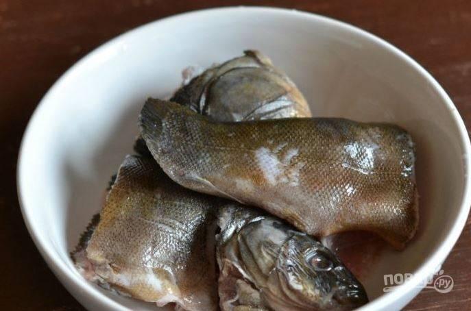 Рыбу очистите от шелухи очень тщательно, выпотрошите, удалите жабры и хорошенько вымойте. Затем разрубите ее на крупные куски.